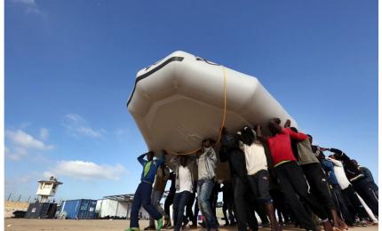 Gruppo di migranti sbarca con gommone, increduli i bagnanti in spiaggia. Video lascia 'a bocca aperta'