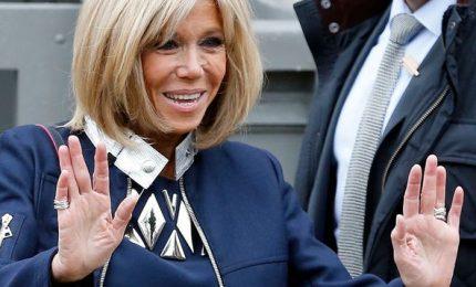 """Brigitte Macron avrà un ruolo ufficiale: """"Rappresenterà la Francia accanto al marito"""""""