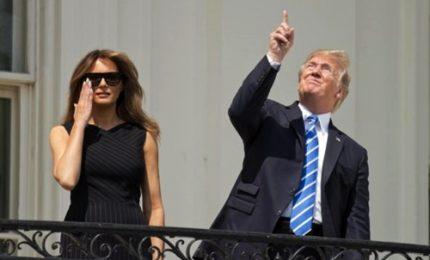 """Eclissi, Trump """"sfida"""" il fenomeno senza occhialini"""