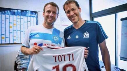Marsiglia, il Presidente Macron incontra Garcia, insieme omaggiano Totti
