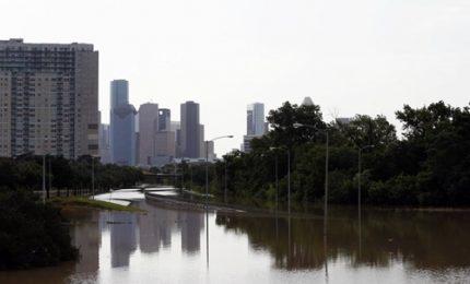 Houston sotto l'acqua, in 30mila cercano rifugio