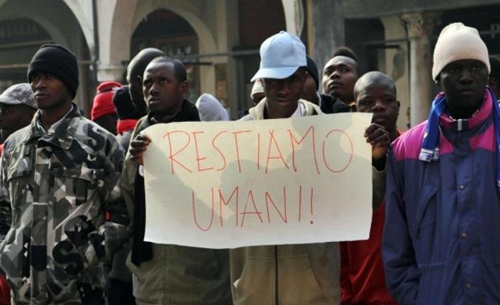 Roma, sgombero migranti: sassi e bombole di gas contro le forze dell'ordine