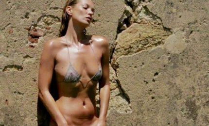 Si gira lo spot sexy di Ysl, Kate Moss paparazzata a Capri