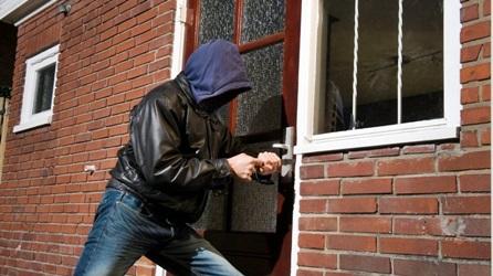 Gli italiani hanno sempre più paura dei ladri, spesi 18 miliardi di euro in impianti antifurto e porte blindate