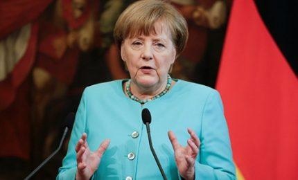 Merkel avverte: niente aiuti a chi non accetta quote migranti