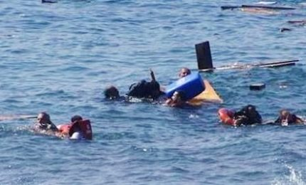 Trafficanti gettano in mare i migranti, più di 100 morti