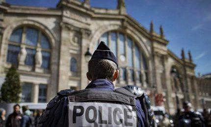 Auto travolge soldati a Parigi, almeno sei feriti. Arrestato un 37enne