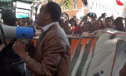 """La protesta dei rifugiati si trasforma in sit-in: """"Vogliamo vivere sotto una casa"""""""