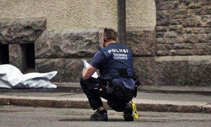 Finlandia, passanti accoltellati: 2 morti e 6 feriti, un arresto. Allarme anche in Germania: 1 morto e 1 ferito, killer in fuga