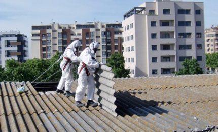 Anziché togliere l'amianto da scuola lo mettono sul tetto