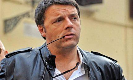 """La """"conversione"""" di Renzi: in campagna con immagine Papa Francesco nel cuore"""