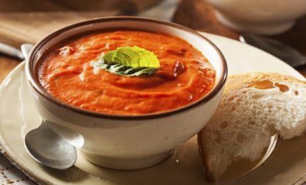 Inizia l'autunno, ecco la ricetta della vellutata con pomodori e peperoni
