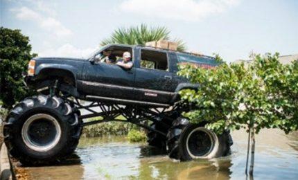 Harvey, angelo guida mega truck e aiuta i texani
