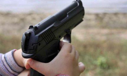 Bimbo di tre anni spara e ferisce due coetanei in un asilo nido. La scuola in una casa privata con molte armi