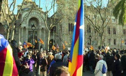 Scontro tra Catalogna e Madrid, arrestati 14 amministratori catalani e sequestrati oltre 9 milioni di schede