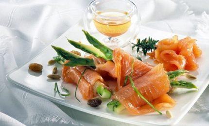 Involtini di salmone e asparagi al brandy, ecco come prepararli!