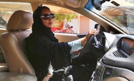 Cade un tabù in Arabia Saudita, il re Salman ha detto sì: ora le donne possono guidare le auto