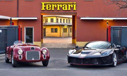 Settanta anni della Ferrari, da tutto il mondo a Maranello. L'asta, le bandiere e i miliardari