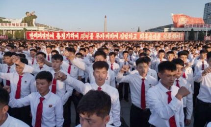 Nordcorea, decine di migliaia a osannare Kim Jong Un