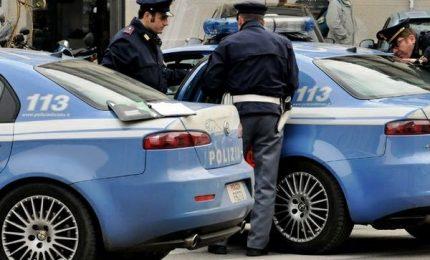 Pusher travolge con auto un poliziotto e un agente spara 4 colpi alle gomme