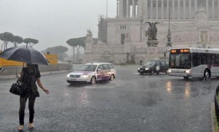 """Roma allagata, disagi e polemiche. Comune allarga le baccia: """"Piogge eccezionali"""""""