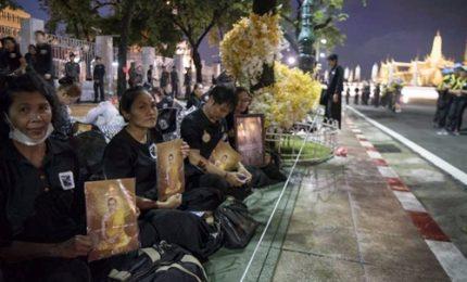 Thailandia, funerali del re: gallerie di fiori e sudditi in fila