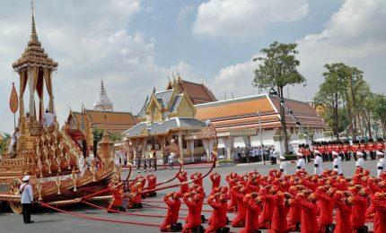 A Bangkok centinaia di migliaia danno l'ultimo saluto al re