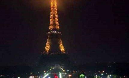 Las Vegas, Tour Eiffel si spegne in omaggio alle vittime