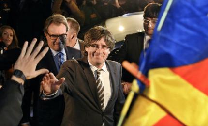 """Puigdemont chiede a Spagna """"rispettare la democrazia"""""""