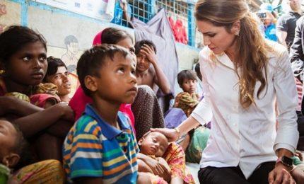 La regina Rania di Giordania tra i profughi rohingya in Bangladesh
