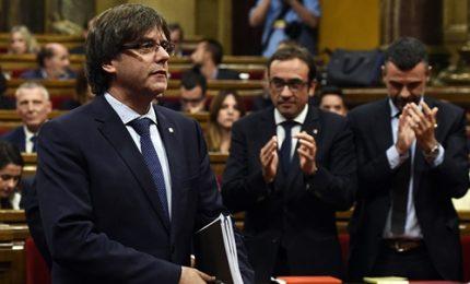 Spagna, Carles Puigdemont arriva al Parlamento catalano