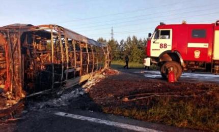 Scontro tra treno e autobus, almeno 19 morti