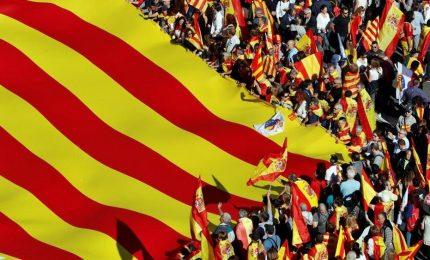 """Unionisti sfilano nella Catalogna """"indipendente"""". Ma Barcellona non molla: """"E' un colpo di Stato"""""""