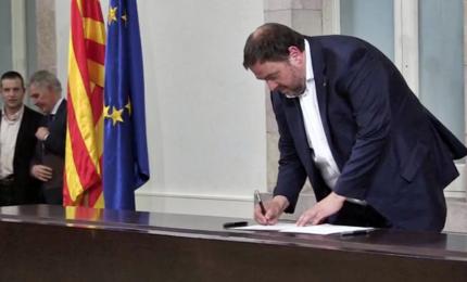 Catalogna, la firma e la lettura della nuova Costituzione