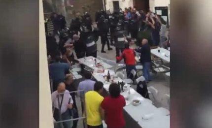 Catalogna, polizia sgombera pranzo sociale