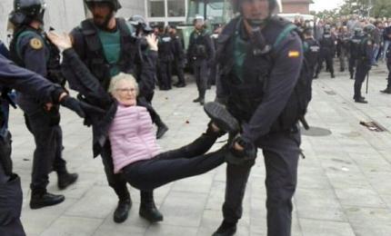 Catalogna, un morto e 3 arresti tra cui minore. I feriti salgono almeno a 465