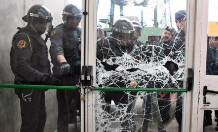 Catalogna, urne aperte per il referendum. Irruzione della polizia nei seggi, primi feriti
