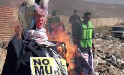 Messico, a fuoco effigie di Trump di fronte muro