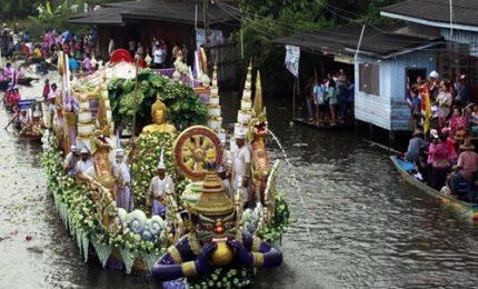 In migliaia al festival del lancio del loto a Bangkok