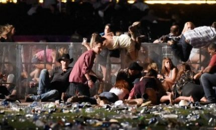 Sparatoria a Las Vegas, oltre 20 morti. Abbattuto l'assalitore, ci cerca la compagna