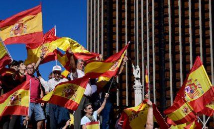 """In piazza la Catalogna anti-indipendestisti. """"Basta, ora recuperiamo la ragione"""""""