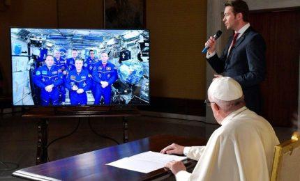 Astronauti regalano al Papa tuta spaziale con mantellina bianca