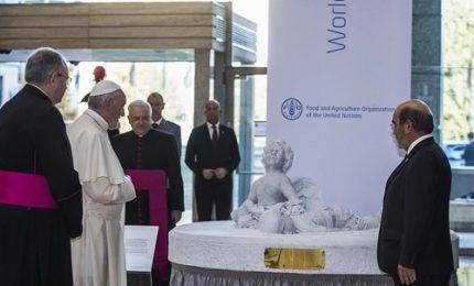 Papa svela la statua di Aylan: più amore per i migranti