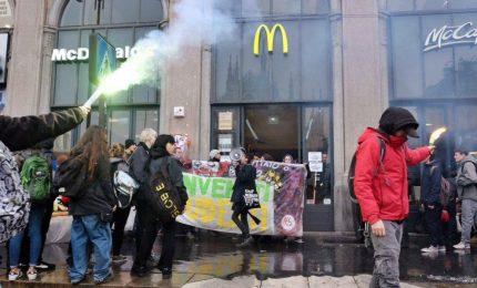 """La protesta degli studenti, tensione a Roma e Milano: """"Non siamo vostri schiavi"""". Uova contro McDonald's"""