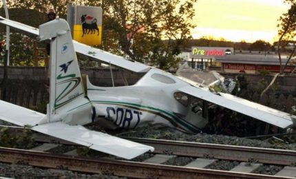 Cade aereo da turismo sui binari: forse un'avaria, 2 feriti