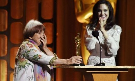 Angelina Jolie consegna l'Oscar alla carriera ad Agnès Varda