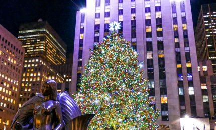 New York, illuminato l'albero di Natale del Rockfeller Center