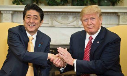 """Trump e Abe """"grandi amici"""" al banchetto in suo onore"""