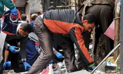"""Egitto, attacco nella moschea: bombe e spari contro i fedeli in preghiera. Almeno 235 morti. Al Sisi: """"Esercito vendicherà martiri"""""""
