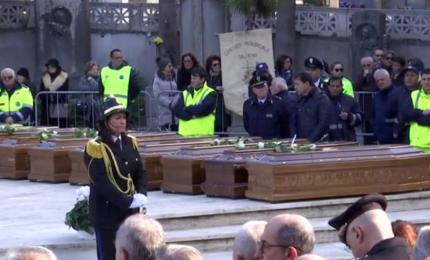 Salerno, i funerali delle 26 migranti morte in mare